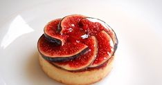 SOLLIES FIGS TART A tartlet made of a shortcrust flavored with anise, a Solliés figs, honey and Port wine compote, a vanilla creme brulee core and some fres. Desserts To Make, Dessert Recipes, Fig Appetizer, Fig Dessert, Fig Tart, Food Tech, Fruit Snacks, Everyday Food, Crack Crackers