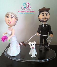 Topo de bolo estilo fofinhos. Noivo de chapéu e botas laçando a noiva. Noiva de botas sendo laçada pelo noivo. cachorrinho do casal.