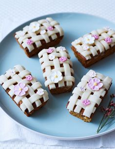 These pretty mini simnel loaves are the tastiest treats you could cake for Easter! Topped with a criss-cross pattern and cute little flowers! Mini Loaf Cakes, Pound Cakes, Sweet Recipes, Cake Recipes, Easter Buffet, Simnel Cake, Easter Cupcakes, Easter Cake, Easter Treats