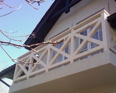 Balustrada balkonowa z jasnego drewna Utility Pole, Modern Farmhouse, Pergola, Patio, Beach, Gardening, Ideas, Balconies, House Decorations