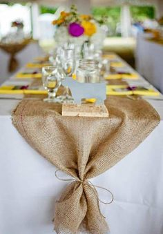 22 Rustic Burlap Wedding Table Runner Ideas You Will Love Deco Table Champetre, Burlap Table Decorations, Holiday Decorations, Rehearsal Dinner Decorations, Burlap Table Runners, Burlap Table Cloths, Table Linens, Thanksgiving Table, Thanksgiving Crafts