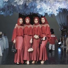 Bridesmaid Wear Abaya on Muslim Wedding Looks – Girls Hijab Style & Hijab Fashion Ideas Dress Brukat, Hijab Dress Party, Hijab Style Dress, Batik Dress, Cape Dress, Kebaya Muslim, Kebaya Hijab, Muslim Dress, Kebaya Modern Hijab