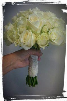 Rund stilkbukett med avalanche roser og greinroser, blonder rundt skaftet -design ingunngrimsby