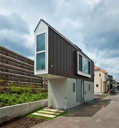 House in Japan represents the tiny house movement and the advantages of living small. After TINY documentary was released on Netflix, the trend just keeps growing. Would you be able to live in a tiny house? Small Space Design, Small Space Living, Small Spaces, Tiny House Movement, Cabinet D Architecture, Architecture Design, Triangle House, Triangle Shape, Riverside House