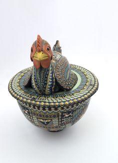 Сегодня я покажу восхитительные работы мастера по имени Джон Стюарт Андерсон. Он работает с полимерной глиной 'Фимо'. Фигурки животных изначально вручную изготавливаются из дерева или глины, затем очень тонким слоем на них наносится 'орнамент' из глины 'Фимо'. Вот так выглядит 'Фимо' — заготовка с орнаментом и готовое изделие с нанесением той самой заготовки: Далее, статуэтки…