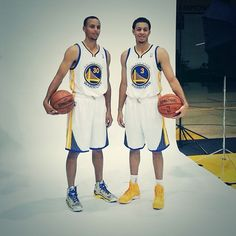 Stephen Curry and Seth Curry pose together in Warriors uniforms for the first time. Curry Basketball, Love And Basketball, Basketball Uniforms, Basketball Players, Golden State Warriors, Seth Curry, The Curry Family, Wardell Stephen Curry, Nba 2013