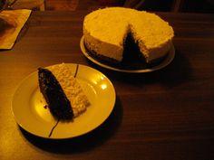 Famózní dort - kakaový piškot a nahoře dvě šlehačky, celý velký jogurt a želatinový ztužovač plus jeden sáček vanilkového cukru. Plus co má člověk rád nahoru a třeba i dovnitř :-)