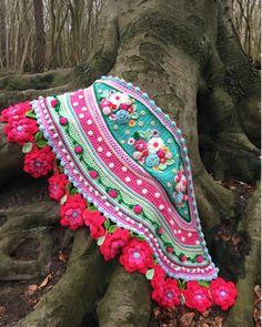 Het bos heeft nu nog niet zoveel kleur, maar het blijft genieten, wat een geweldige wortels heeft deze boom!! #ilovenature #outdoorliving #forest #bosco #dutchnature #blijestola #adindasworld #flowerpower #happycrochet #crochetdesign #gehaaktestola #natuurinspiratie #inspired #crochetpatterns #dutchwinter #haveabeautifulday
