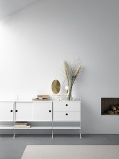 Simple, sleek and elegant. String makes any living room a bit more modern💫 Interior Blogs, Best Interior, Interior Design, Built In Shelves, Wooden Shelves, Living Furniture, New Furniture, Garden Furniture, Recycled Blankets