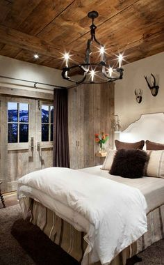 rustic-bedroom-decorating-idea-6.jpg 434×700 pixelsi can see this at the lake using fish to decorate instead of antlers!