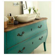 Usar móveis antigos no lavabo.. Lindo e criativo.  Foto Vênica Casa.