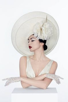 Hat by Philip Treacy, lace gloves by Cornelia James. Gemma Chan for the Investec Derby 2013 (photo by Philip Treacy) Philip Treacy, Pin Up Retro, Gemma Chan, Fancy Hats, Wearing A Hat, Estilo Retro, Love Hat, Mode Vintage, Derby Hats