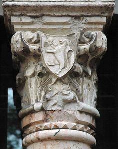 Palazzo Sforza/Capitello in marmo con stemma con leone rampante e pomo cotogno