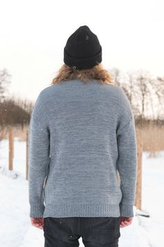 Cozy oversized merino wool sweater for Men. Grey sweater melange, hipster hiking look for outdoors. Chunky Oversized Sweater, Grey Sweater, Beanie Outfit, Adventure Outfit, Merino Wool Sweater, Comfy Casual, Outdoor Outfit, Sustainable Fashion, Spring Outfits