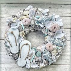 DIY Beach Decor Style Wreaths for Your Home DIY Beach Decor Style Wreaths for Your HomeWhether it's your beach house or you like to style your home with a slightly nautical, sand-inspi Nautical Wreath, Seashell Wreath, Seashell Art, Seashell Crafts, Beach Crafts, Summer Crafts, Easter Wreaths, Holiday Wreaths, Diy Wreath