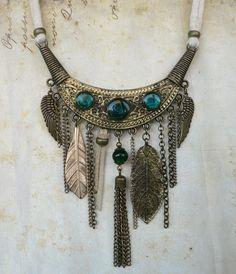 https://loiseauseraphine.fr Collier Plastron au Style Boho, Bohème Chic- Chaines, Feuilles et Ailes d'Oiseau - cordon coton écru & métal patiné