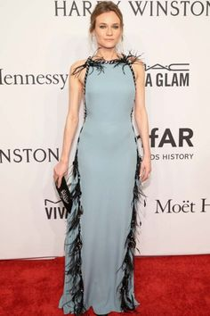 Gala amfAR Nueva York 2016: Diane Kruger con vestido azul con plumas de Prada
