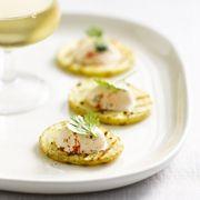 Snijd de ongeschilde aardappelen in schijfjes van 0,5 cm. Bestrooi met zeezout en peper en besprenkel met olijfolie. Gril op een matig vuur in een grillpan. Hak ondertussen – op …