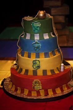Un wedding cake aux couleurs des quatre maisons de Poudlard.