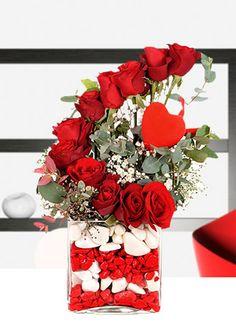 KALBİM SENDE KIRMIZI GÜLLER    Kare cam fanus içerisinde 11 adet kırmızı gül ve kırmızı kalp. Çiçeklerin en romantiği gül, en güzel haliyle, kalbinizi kaptırdığınız güzel sevgilinizin kalbini çalmaya geliyor. Kırmızı kalp ile süslenmiş bu güzel aranjmana sevgiliniz hayır diyemeyecek.  38,00 TL+KDV