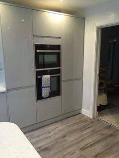 Viseu Handleless Grey White High Gloss Kitchen With Smeg - Gloss grey kitchen units