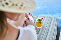 Für zahlreiche Menschen ist ein Wellnessurlaub mit entsprechenden Angeboten der einzige Weg, sich erholen zu können und der ständigen Überforderung zu entkommen. Vielzählige Wellnesshotels kennen die Bedürfnisse ihrer Gäste und bieten dementsprechend diverse Programme wie Yoga, Entspannungsmassagen sowie Bäder an. Doch jeder Gast hat eine andere Vorstellung von Wellness und so stellt sich die Frage: Was sind eigentlich Wellnesshotels? Beach Hotels, Hotels And Resorts, Beach Resorts, Hotel Palma, Bacardi Cocktail, Beto Carrero World, Bon Plan Voyage, Non Alcoholic Cocktails, Bartender Drinks