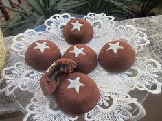 Preparare i mooncake in casa per me è stata davvero una novità.. Sono quelle golose tortine al cioccolato con cuore di cioccolato della pan di stelle , si sciolgono praticamente in bocca! Se volete preparare una merenda golosa ai vostri bambini o farvi una coccola con un dolcetto super cioccolattoso, preparate questi mooncake e al primo morso vi innamorerete!! Ora vi racconto la mia versione della ricetta..