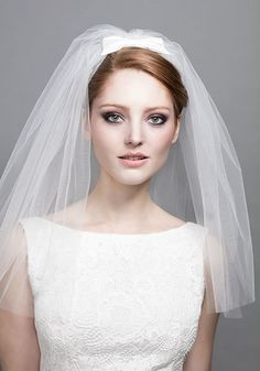 R1601 - Short tulle veil on silk taffeta crescent with bow on Alice band