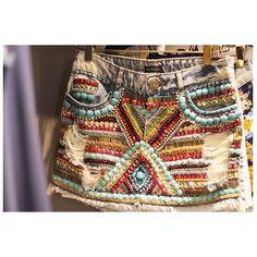 {gorgeous} Para quem morre de amores pelo shorts bordados, agora o verão pede mini saia bordada. Para se encantar, não é mesmo?