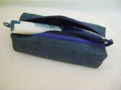 Nécessaire feita em tecido aquabloc(impermeabilizado) e forrada com nylon.   Mede aproximadamente 25cm de largura, 5cm de altura e 10cm de profundidade. R$ 30,00