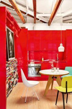 Drop Chair von Fritz Hansen. Arne Jacobsen entwarf diesen Stuhl für seine berühmte Einrichtung im Royal SAS Hotel in Kopenhagen. Die Neuauflage der dänischen Marke: http://www.ikarus.de/drop-stuhl.html