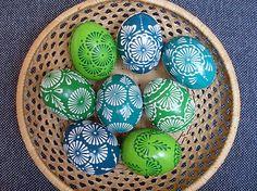 kraslice - odtiene zelenej Polish Easter, Easter Egg Pattern, Easter Egg Designs, Crochet Diagram, Egg Decorating, Stone Painting, Rock Art, Happy Easter, Easter Eggs