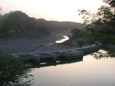 Salto de Torrejón al anochecer. Se trata de una presa doble ya que en un lado embalsa el río Tiétar y al otro lado el Río Tajo. Muy cerca de ella se haya una de las populosas buitreras de la Reserva de la Biosfera de Monfragüe.