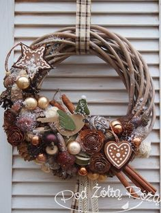 Like the concept, but it needs tweaking. It is a little too busy. Christmas Door, Winter Christmas, Christmas Holidays, Christmas Wreaths, Christmas Ornaments, Natural Christmas, Diy Wreath, Xmas Decorations, Christmas Inspiration