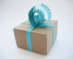 Paper Sign Gift Topper http://www.handimania.com/diy/paper-sign-gift-topper.html