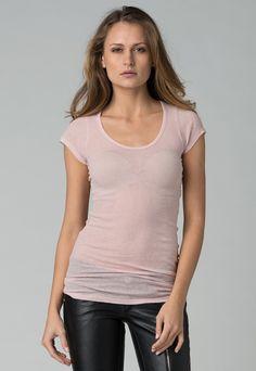 Stefanel  Woman Lolla Pink T-shirt    75,90 лв.  28,90 лв.    Stefanel  Описание на продукта:  Тениска в розово с характеристики:  - овално деколте  - къси ръкави.     Състав:  100% памук    Код на продукта:   NT217D65496-0413