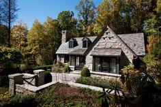 серый традиционный фасад дома