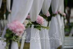 Rito nuziale all'aperto. Un giardino privato trasformato in altare nuziale per una cerimonia suggestiva e romantica.