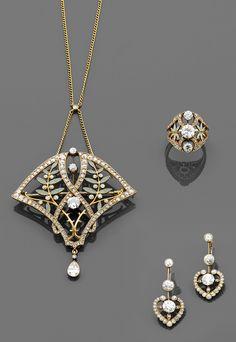 Masriera, Époque Art Nouveau. Ensemble de trois bijoux. Photo Tajan Il se compose d'un pendentif ornement de forme triangulaire à décor de branches d'olivier émaillées gris vert en résille et rehaussées de diamants taille brillant et taillés en rose, un diamant poire en pampille, d'une bague repercée de feuillages émaillés en résille et rehaussée de diamants taille brillant et d'une paire de pendants d'oreilles en forme de cœur stylisé rehaussé de diamants taille brillant. Monture en or…