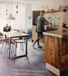 Houten keuken (op ikea frame!) met betonnen blad en betonnen vloer