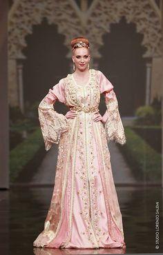 Re-visite du meilleur du défilé haute couture marocaine de l'année. Meryem Boussikoukenchante la 18e édition du défilé Caftan. Photos.