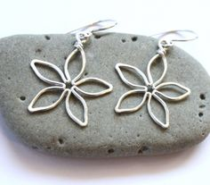 Easy Wire Wrapped Jewelry Tutorial : Flower Earrings - http://videos.silverjewelry.be/earrings/easy-wire-wrapped-jewelry-tutorial-flower-earrings/