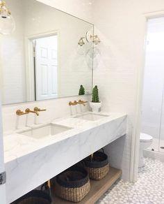 Aquele banheiro branquinho todo charmoso! O que são esses revestimentos?!  From: @beckiowens ✨