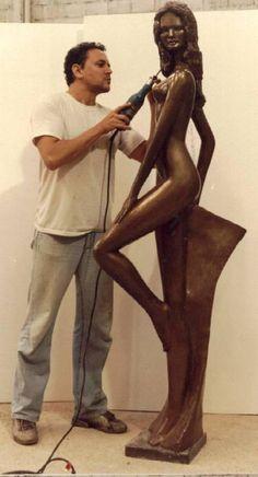 Artist/Sculpture at work, Rogerio Conceicao