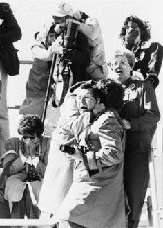 Intensas Fotos Históricas                  1986: A expressão de choque dos expectadores, ao ver a explosão da Challenger