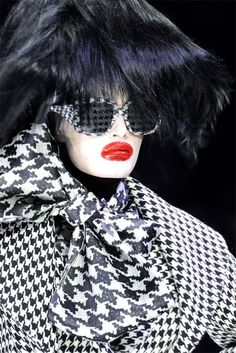 Alexander McQueen Fall 2009 Ready-to-Wear Fashion Show Details Crazy Runway Fashion, Fashion 2020, Fashion Show, Fashion Design, Dark Fashion, White Fashion, Fashion Women, Women's Fashion, Alexander Mcqueen