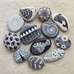 Obsessed with painted rocks Pebble Painting, Dot Painting, Pebble Art, Stone Painting, Stone Crafts, Rock Crafts, Arts And Crafts, Rock Painting Ideas Easy, Rock Painting Designs