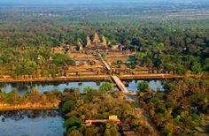 Angkor Wat  Vista aérea del templo de Angkor Wat. Este grandioso recinto, en plena selva camboyana, fue erigido por el rey khmer Suryavarman II en el siglo XII.