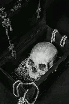 Skull in a jewelry box. Skulls. Goth. Gothic
