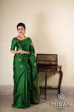 Looking for plain sarees and designer blouse designs, check out 12 fresh ways on how to style these simple sarees. Simple Sarees, Trendy Sarees, Stylish Sarees, Sari Bluse, Lehenga Blouse, Silk Saree Kanchipuram, Kanjivaram Sarees, Modern Saree, Plain Saree